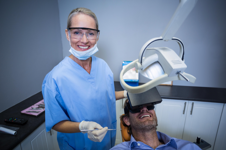 Patient testant la réalité virtuelle chez un dentiste
